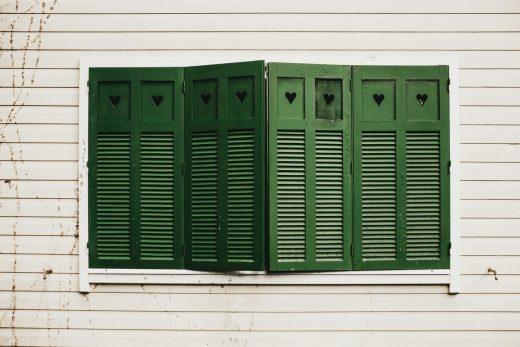 fel zonlicht buiten houden met shutters